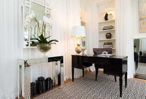 imagem de escritorio com orquidea branca