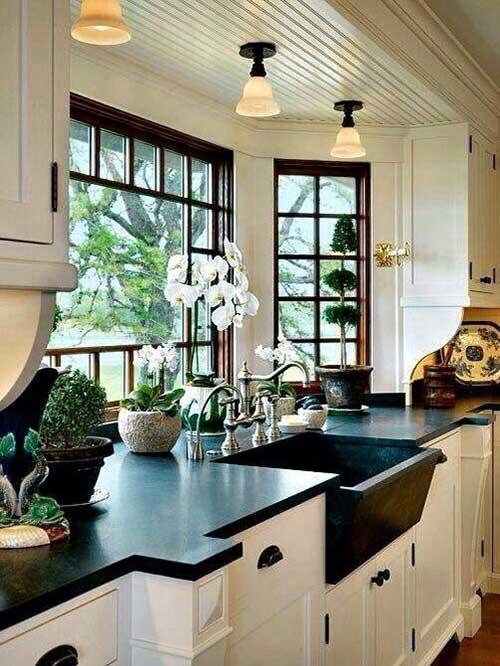 orquideas brancas em cozinha branca e preta
