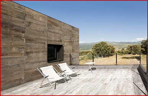 area da piscina com porcelanato que imita madeira no muro