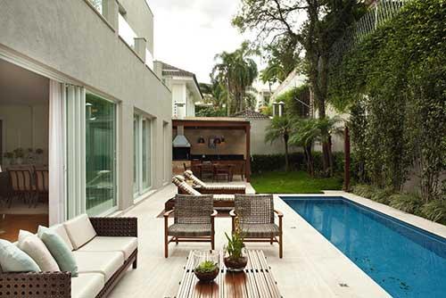 sacada gourmet com piscina grande em casa de ricos
