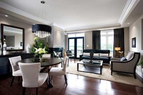sala de estar luxuosa com mesa redonda e piso de madeira integrada a sala de jantar