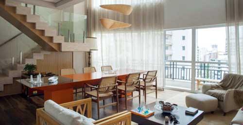 sala de estar e jantar integradas com pisos diferentes
