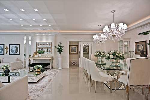 sala de estar moderna e sala de jantar vintage integradas