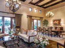 sala de estar com sala de jantar decorada com detalhes em madeira