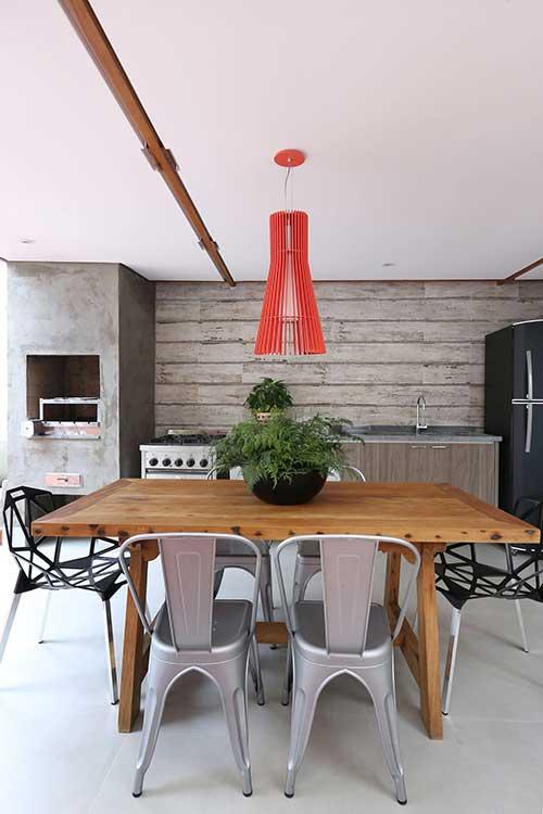varanda gourmet de casa com acabamento em cimento queimado
