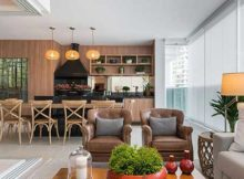 sacada gourmet com painel de madeira conjugada com a sala de estar