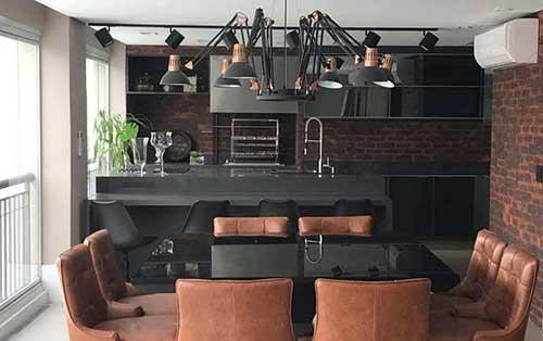 varanda gourmet preta e marrom com decoracao industrial