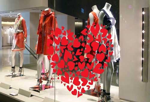 vitrine de loja com adesivo de coraçao para dia dos namorados