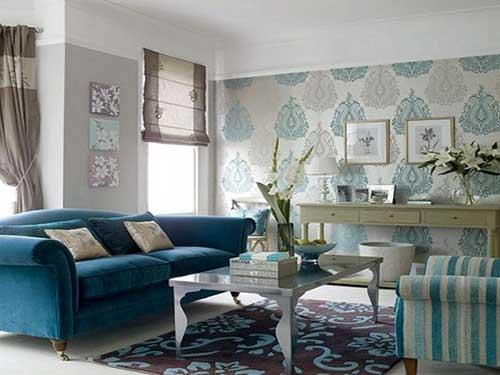 foto de sala de estar com papel de parede arabesco cinza e azul