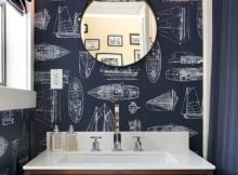imagem de banheiro azul com papel de parede a prova de agua