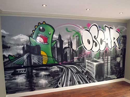 foto de quarto de criança com grafite de cidade e dinossauro