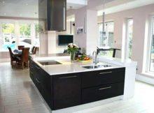 cozinha preta e branca com ilha de luxo