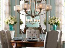 sala de jantar com espelho e lustre baixo