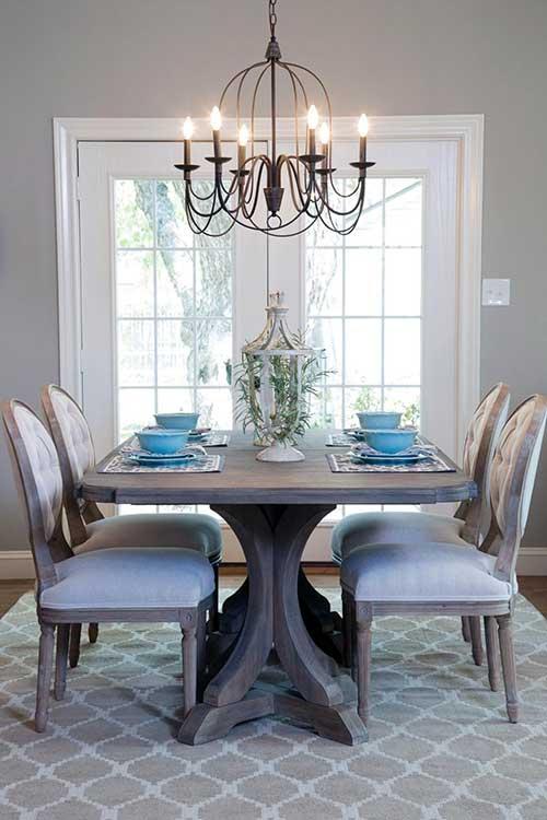 sala de jantar retro com tapete e lustre antigo