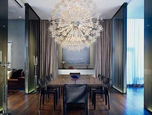 sala de jantar contemporanea com lustre grande