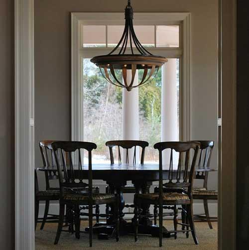 sala de jantar com lustre de madeira diferenciado