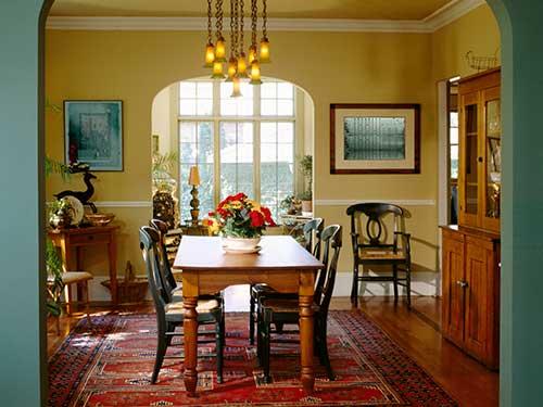 sala de jantar amarela com lustre de pendentes ambar