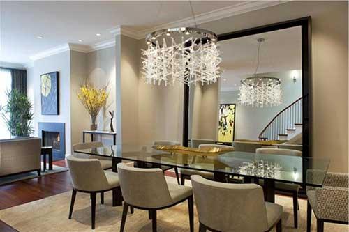 sala de jantar com lustre e espelho para decorar