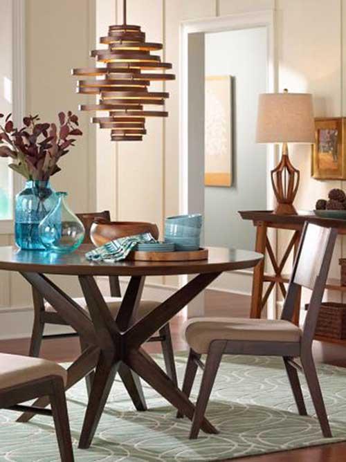imagem de sala de jantar com lustre acobreado