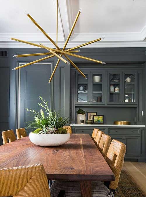 foto de lustre decorado em sala de jantar com paredes escuras