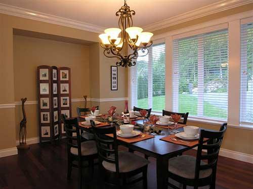 sala de jantar com lustre e luzes amarelas