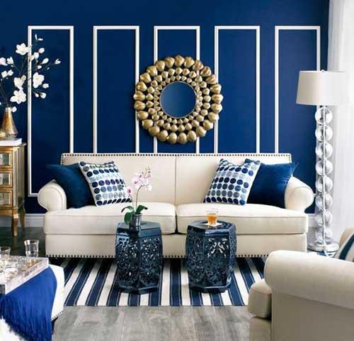 foto de sala azul royal com espelho dourado
