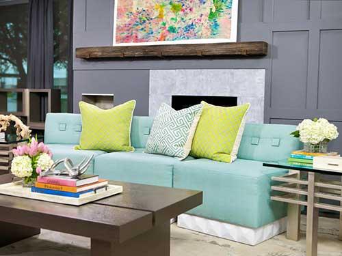 foto de sala de estar com parede cinza e almofada colorida