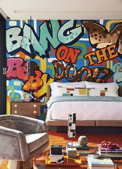 quarto de casal com grafite com palavras coloridas