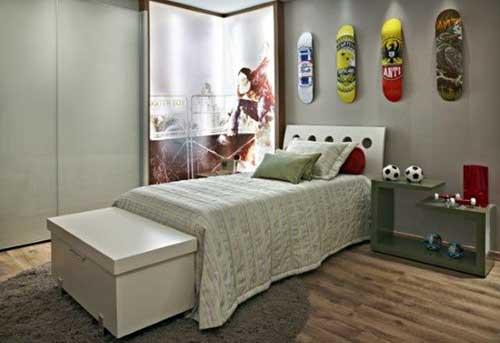 quarto decorado com painel de skatista