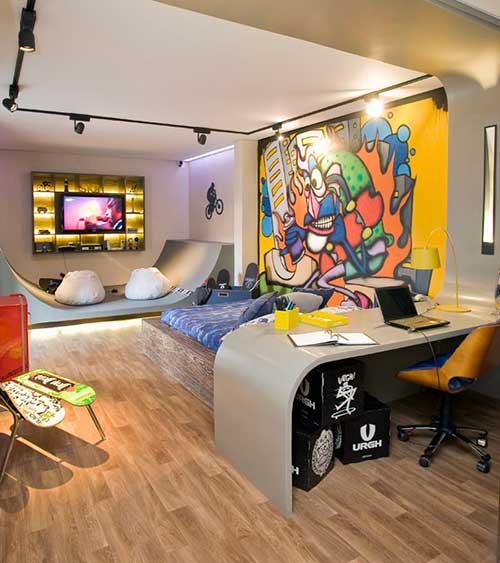 quarto masculino com piso vinilico e grafite na parede