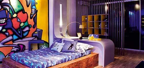 quarto feminino roxo com grafite colorido
