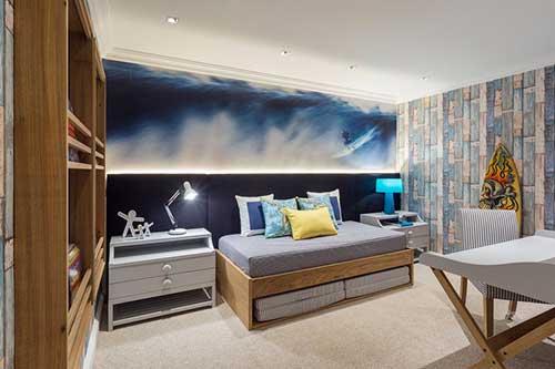quarto surfista com papel de parede iluminado