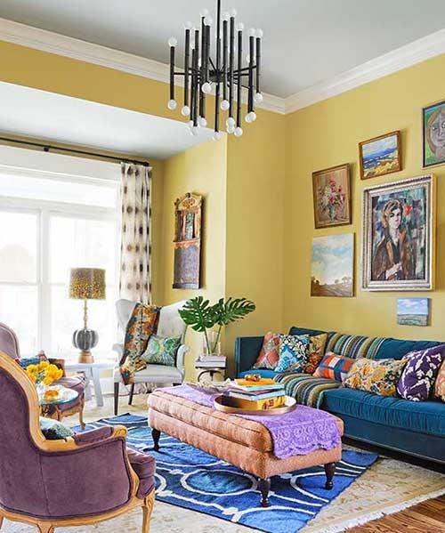 foto de sala de estar amarela com itens azuis