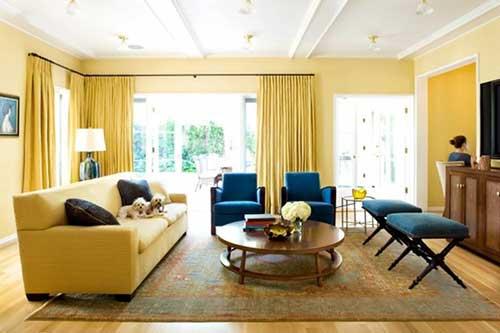 sala de estar com mais amarelo que azul