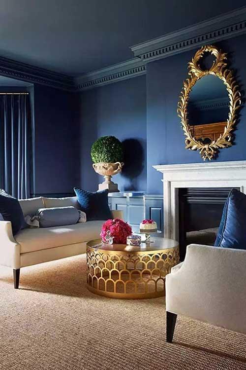 sala de estar azul marinho com dourado