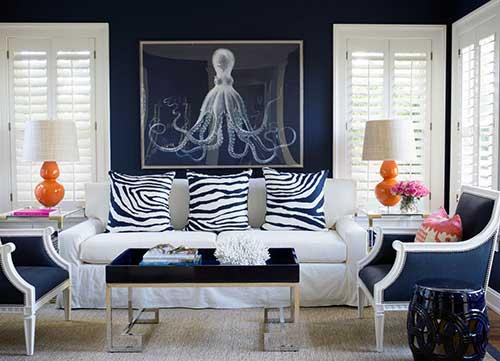sala de estar azul com abajur laranja