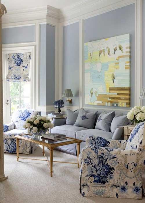 sala de estar confortavel azul e branca