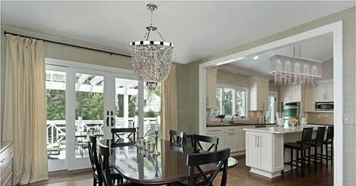sala de jantar conjugada com a cozinha e dois lustres