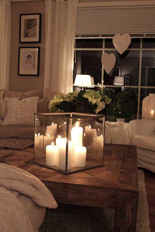 sala de estar com luzes de velas romantica