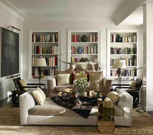 sala de estar com prateleiras de livros decoradas por vasos