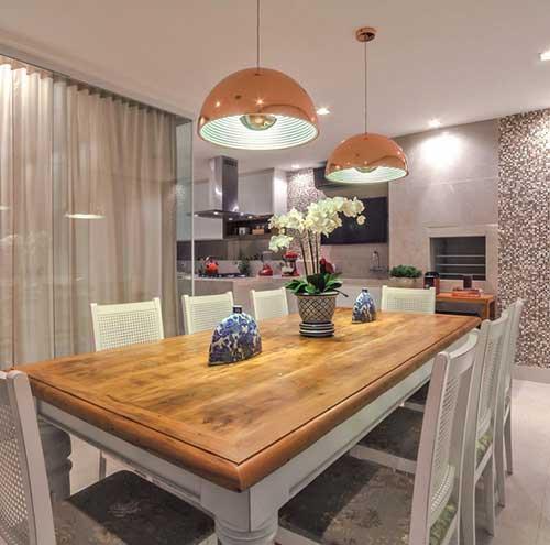 imagem de sala de jantar com dois pendentes