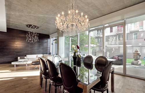 sala de jantar vintage com lustre de vidro