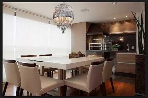 imagem de sala de jantar com lustre pendente e detalhes em cristal