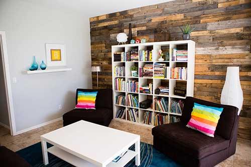 sala de estar colorida com nicho repleto de livros e filmes