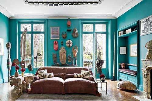 sala de estar rustica com paredes azul turquesa