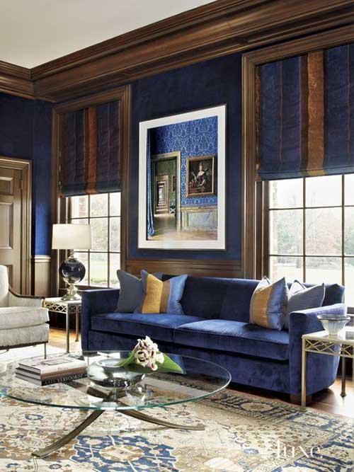 sala de estar azul royal com quadro mostrando outra sala de estar