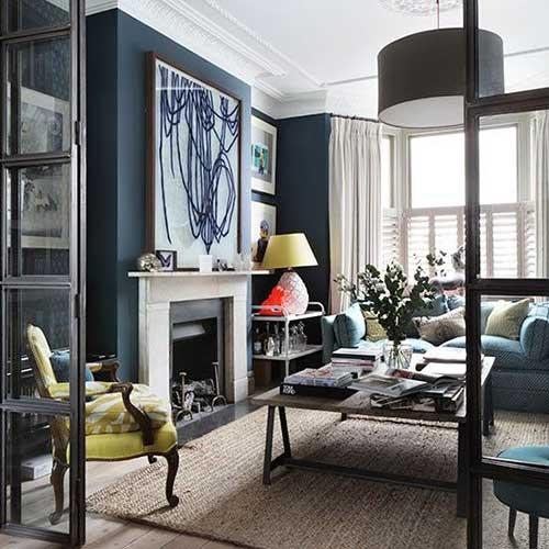 sala de estar azul escura com poltrona amarela