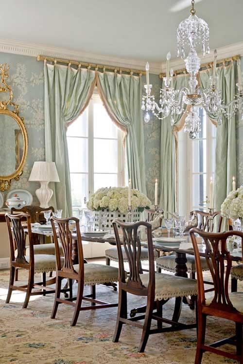 sala de jantar chique com lustre de cristal