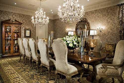 sala de jantar com lustre vintage e cadeira vitoriana