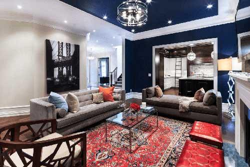 sala de estar luxuosa azul marinha e vermelho